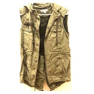 Marrakech hooded vest in military green w pockets
